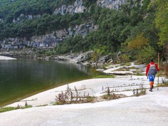 Un randonneur dans les Gorges de l'Ardèche