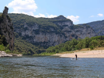 Un funambule sur son paddle dans les Gorges de l'Ardèche