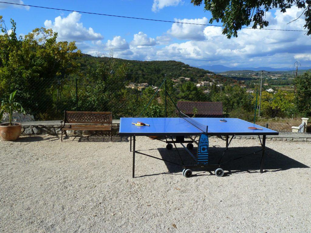 Ping-pong dans la cour du Mas