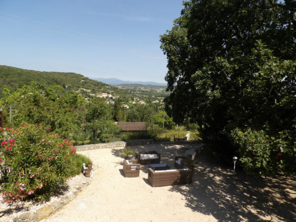 Salons de jardin dans la cour ombragée